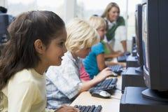 Kinder, die wie man Computer erlernen, benutzt lizenzfreies stockbild