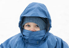 Kinder, die Winterkleidung auf weißem backgroun tragen Stockfoto
