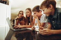Kinder, die Wissen unter Verwendung der Technologie teilen lizenzfreie stockbilder