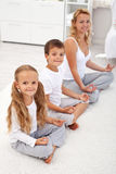 Kinder, die Yogaentspannung mit ihrer Mutter tun lizenzfreies stockfoto