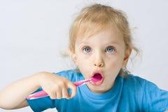 Kinder, die Zähne putzen lizenzfreies stockbild