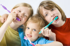 Kinder, die Zähne putzen lizenzfreies stockfoto
