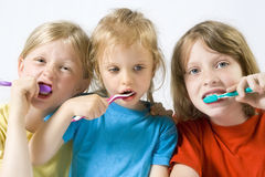 Kinder, die Zähne putzen Lizenzfreie Stockfotografie