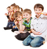 Kinder, die Zähne säubern Stockfotos