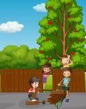 Kinder, die Zaun im Garten reparieren stock abbildung