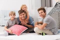 Kinder, die Zeit mit Vati verbringen lizenzfreies stockbild