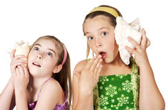 Kinder, die zu den Geschichten und zu den Geheimnissen hören stockbild