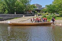 Kinder, die zu einer Voyageur-Kanufahrt fertig werden lizenzfreies stockfoto