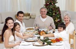 Kinder, die zu Hause einen Weihnachtscracker ziehen Lizenzfreies Stockbild