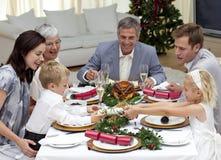 Kinder, die zu Hause einen Weihnachtscracker ziehen Stockfotos