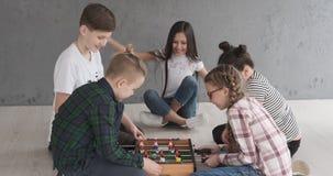 Kinder, die zu Hause foosball spielen stock video