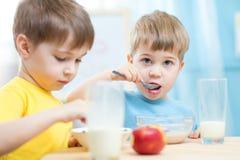 Kinder, die zu Hause gesundes Lebensmittel oder Kindergarten essen lizenzfreies stockfoto