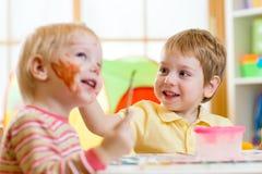 Kinder, die zu Hause malen Stockbild