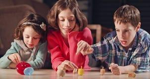 Kinder, die zu Hause mit dreidels während der Hanukka spielen