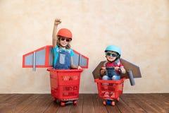 Kinder, die zu Hause mit Raketenrucksack spielen lizenzfreies stockbild