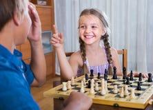 Kinder, die zu Hause Schach spielen Stockfotos