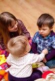 Kinder, die zu Hause spielen Stockfotos