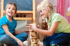 Kinder, die zu Hause spielen Lizenzfreie Stockfotos