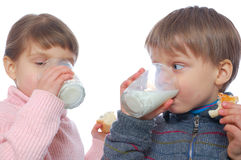 Kinder, die zu Mittag essen Stockbilder