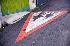 ` Kinder, die zu Schule-` Zeichen auf dem Asphalt gehen Lizenzfreie Stockbilder
