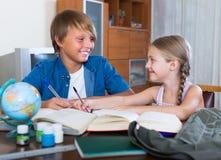 Kinder, die zuhause mit Büchern studieren Stockfotos