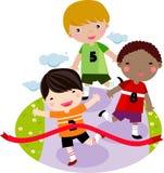 Kinder, die zusammen in ein Rennen laufen Stockfoto