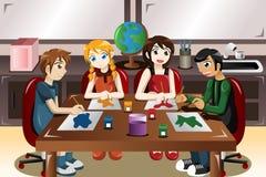Kinder, die zusammen in einem Kunstunterricht malen Stockfoto