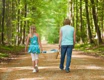 Kinder, die zusammen gehen Stockfoto