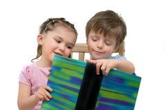 Kinder, die zusammen lesen Lizenzfreies Stockbild