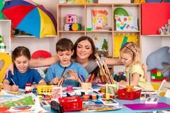 Kinder, die zusammen malen und zeichnen Handwerkslektion in der Grundschule Lizenzfreie Stockbilder