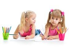 Kinder, die zusammen zeichnen Stockbilder