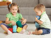 Kinder, die zusammen zu Hause spielen Stockfotos