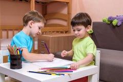 Kinder, die zusammen zu Hause zeichnen stockfoto