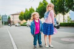 Kinder draußen Lizenzfreie Stockbilder