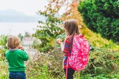 Kinder draußen Lizenzfreie Stockfotos