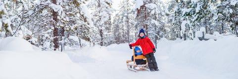 Kinder draußen auf Winter Stockbild