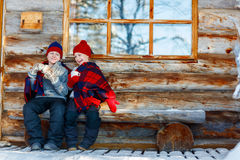 Kinder draußen auf Winter Stockfotografie