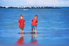 Kinder durch das Meer Stockbilder