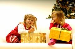 Kinder durch Weihnachtsbaum Stockfotografie