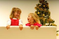 Kinder durch Weihnachtsbaum Lizenzfreie Stockfotos