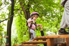 Kinder in einem Abenteuerspielplatz Stockbilder