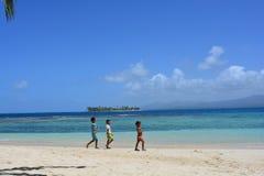 Kinder an einem karibischen Strand von einer Insel Sans Blas, in PanamÃ-¡ stockfotografie