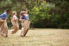 Kinder an einem Sackrennen Stockfotografie