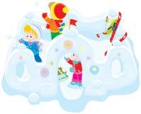 Kinder in einem Schneefort Stockfotografie