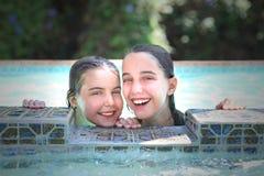 Kinder in einem Swimmingpool während des Sommers Stockfotos
