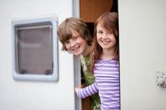 Kinder in einem Wohnwagen lizenzfreies stockbild