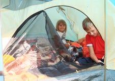 Kinder in einem Zelt Stockbilder