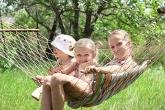 Kinder in einer Hängematte Stockfotografie