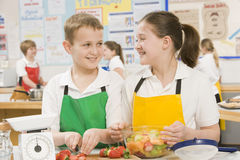 Kinder in einer kochenden Kategorie Lizenzfreie Stockfotografie