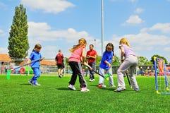 Schulkinder am Sporttag Stockbild